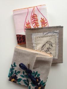 Voorbeelden van de geborduurde omslagen van de kleine notitieboekjes