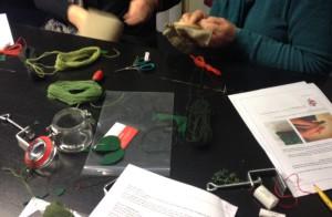 Borduren met twee kleuren wol om een 'mossig' effect te krijgen.