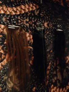 Het mensenhaar waarmee je 'borduurt', blond, bruin en zwart
