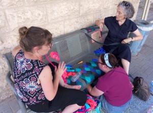 Talya Tomer-Schlesinger aan het werk met buurtbewoners