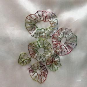 festonroosjes op een zijden zakdoekje