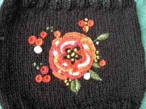 roos in festonsteek geborduurd op breiwerk
