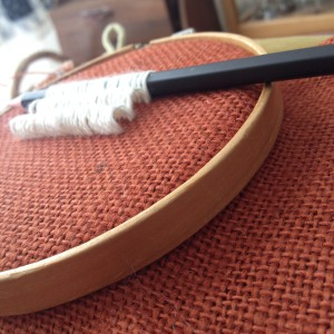 textuursteken - satijnsteken over een potlood