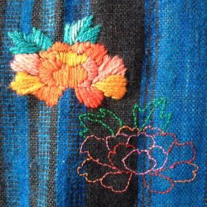 Roos met wol geborduurd op originele Staphorster 'voerlakense' rok