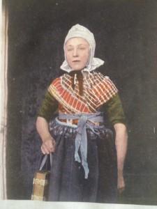 Ingekleurde ansichtkaart uit collectie Openlucht Museum Arnhem