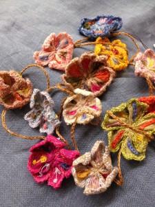 Naast sjaals maakt ze ook accessoires en sieraden.
