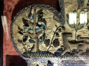 Detail van de stumpwork spiegel in Cotehele