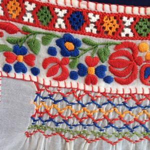 Schort uit Roemenië met satijnsteek, smockwerk en open weefwerk