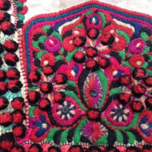 Wolborduurwerk op Hongaars mannenvest met satijnsteek en pom pom steek